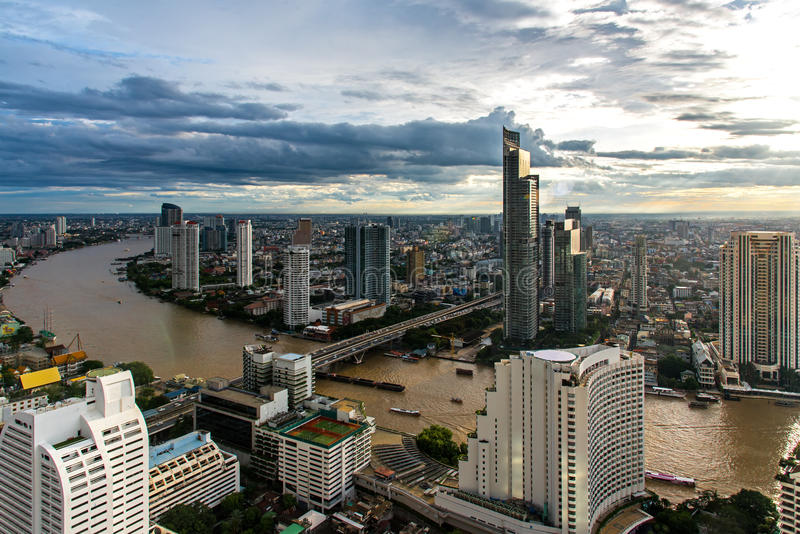 Vista aérea sobre o prédio de escritórios moderno de Banguecoque na zona do negócio de Banguecoque perto do rio com o céu do por  imagens de stock royalty free