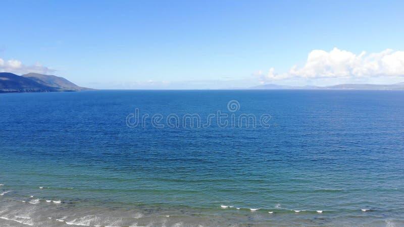 Vista aérea sobre uma praia bonita em um dia ensolarado foto de stock royalty free
