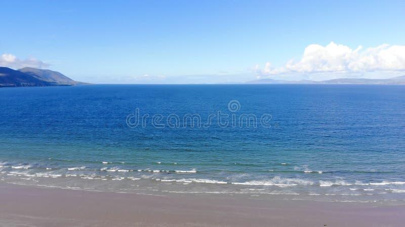 Vista aérea sobre uma praia bonita em um dia ensolarado fotografia de stock royalty free