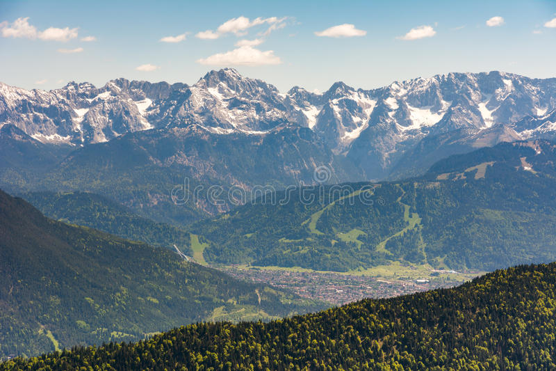 Vista aérea sobre a vila de Garmisch fotografia de stock royalty free