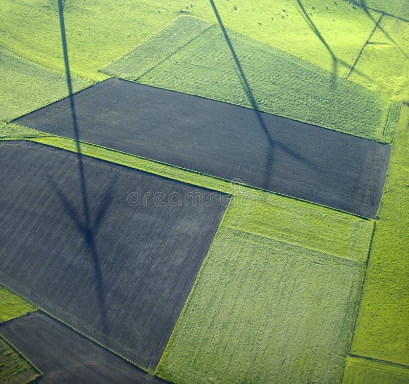 Vista aérea: Sombras dos windturbines nos campos imagem de stock