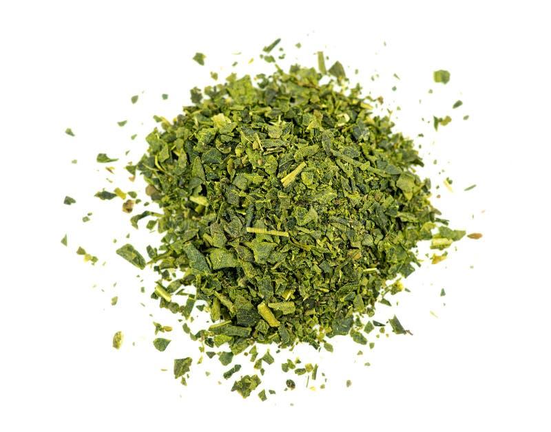 Vista aérea superior do chá verde de folha solta isolado no branco imagens de stock