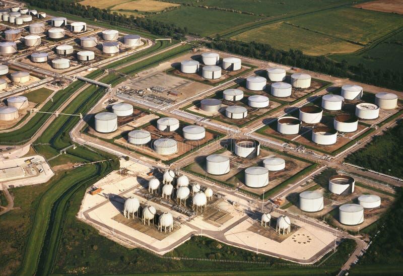 Vista aérea - tanques de armazenamento da refinaria de petróleo imagens de stock