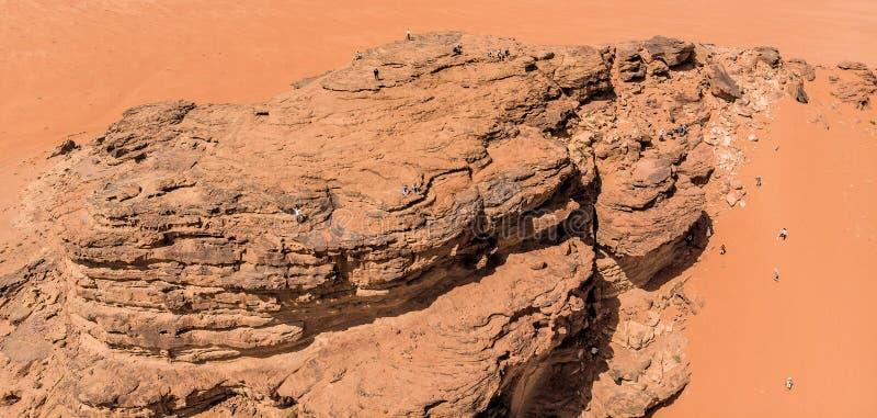 Vista aérea, tomada com o zangão, de formações de rocha e de montanhas monolíticas no deserto de Wadi Rum, Jordânia fotos de stock royalty free