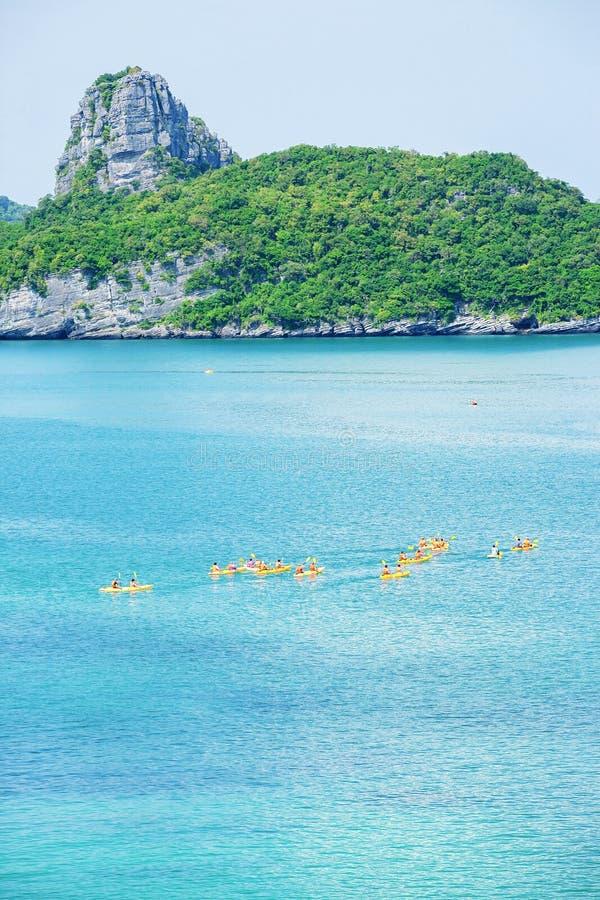 Vista aérea, um grupo de turistas que kayaking no oceano azul no dia de verão, contexto tropical das ilhas MU Koh Ang Thong, Sura imagem de stock royalty free