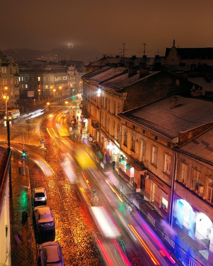 Vista aérea a una de las calles centrales de Lviv por la tarde Luces borrosas del coche foto de archivo libre de regalías