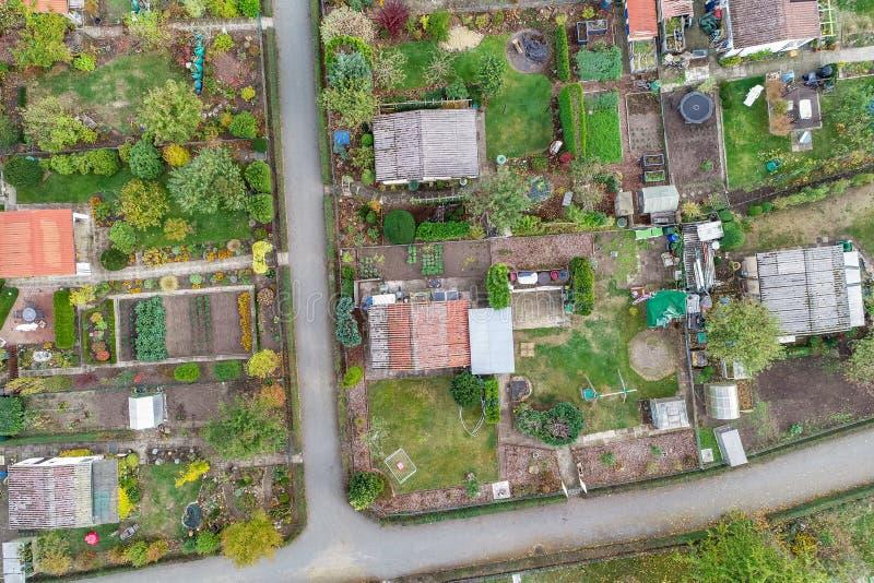 Vista aérea vertical de um jardim de atribuição com cabanas, trajetos e as camas vegetais foto de stock royalty free