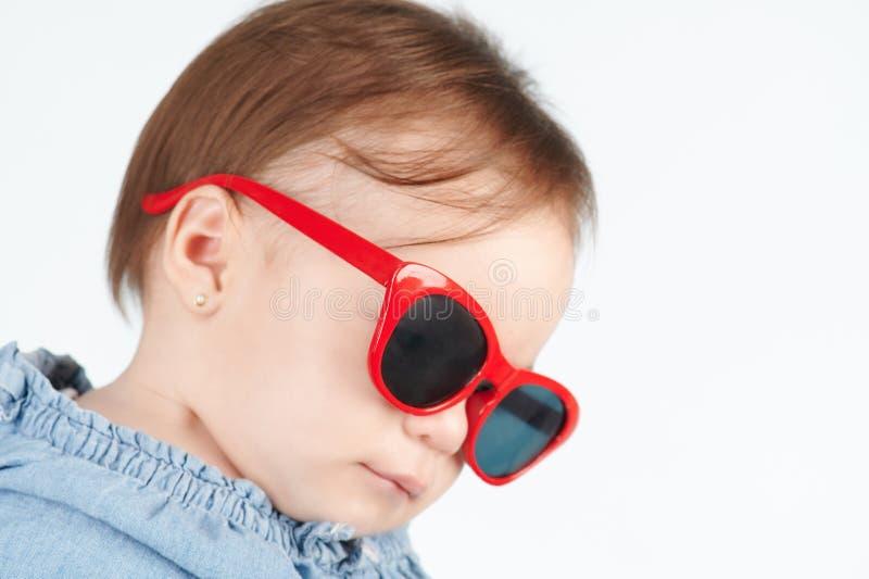 Vista abaixo do bebê nos óculos de sol fotografia de stock royalty free