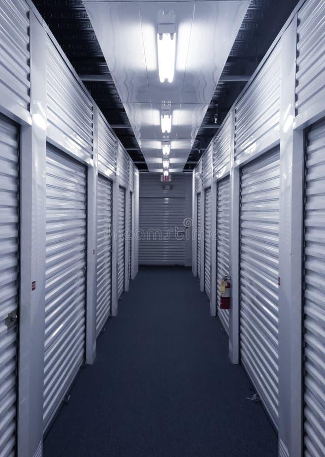 Vista abaixo do corredor com as portas da unidade de armazenamento do metal em cada lado fotos de stock royalty free