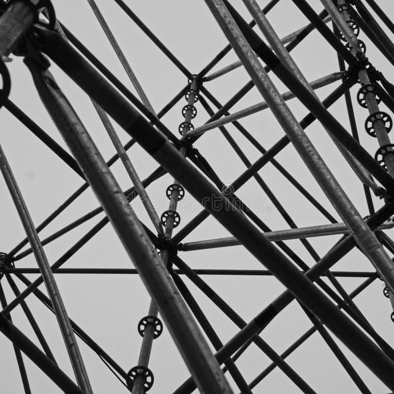 Vista abstracta de un andamio hecho de barras de acero caótico dispuestas, blanco y negro imagen de archivo libre de regalías