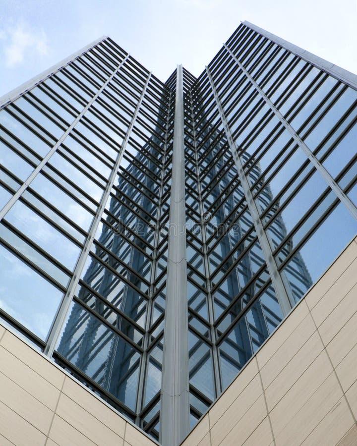 Vista abstracta de una alta torre de la oficina de la subida fotos de archivo