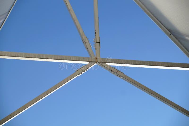 Vista abstracta de una estructura grande del metal de la suspensión imagenes de archivo