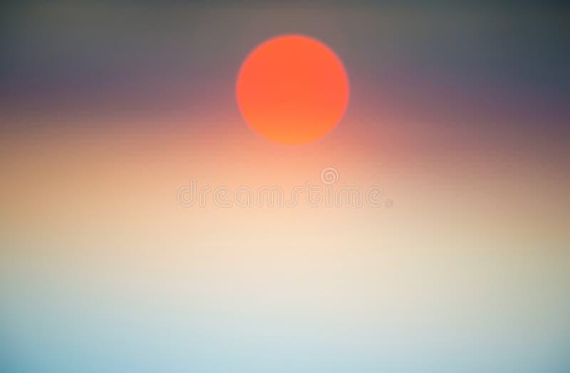 Vista abstracta del cielo y del sol de la puesta del sol Fondo de la naturaleza imagen de archivo
