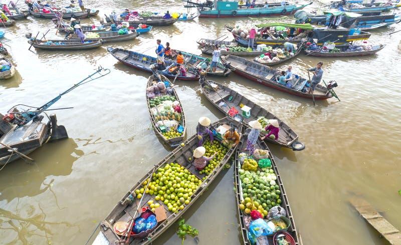 A vista acima da compra dos fazendeiros aglomerou-se no mercado de flutuação imagens de stock