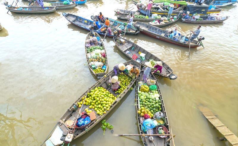 A vista acima da compra dos fazendeiros aglomerou-se no mercado de flutuação foto de stock royalty free