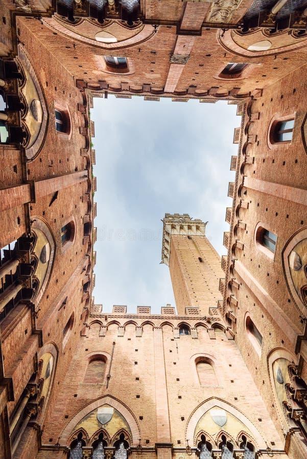Vista acima de Cortile del Podesta, pátio de Palazzo Pubblico em Siena Italy imagens de stock