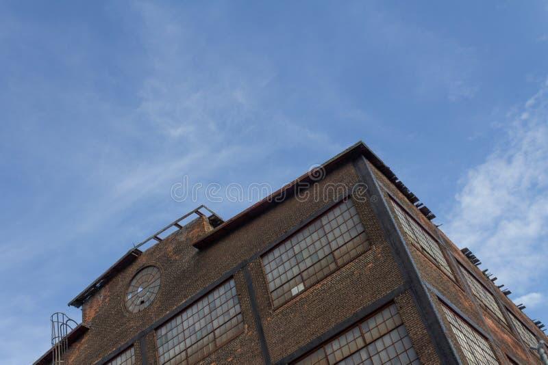 Vista acima de um canto de uma construção industrial abandonada da fábrica, correia de oxidação fotos de stock royalty free