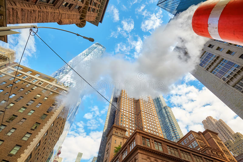 Vista acima em arranha-céus de Manhattan com o vapor que vem do stree fotos de stock