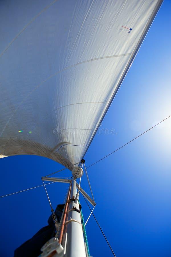 Vista acima em velas e em mastro de yachting fotografia de stock