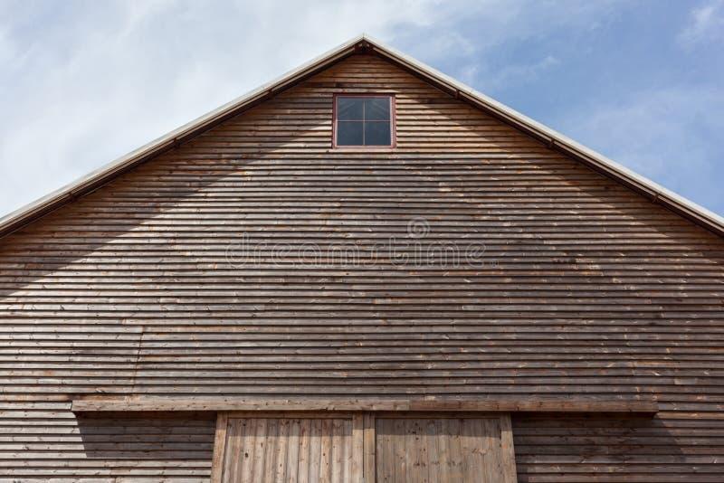 Vista acima na parte superior de um telhado de duas águas em um celeiro de madeira imagem de stock royalty free