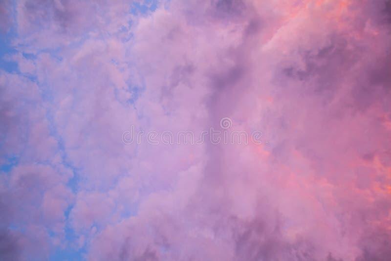 Vista acima no céu nublado vívido roxo fotos de stock