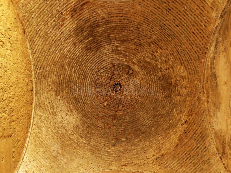 Vista acima no teto arcado de um Dungeon velho fotos de stock