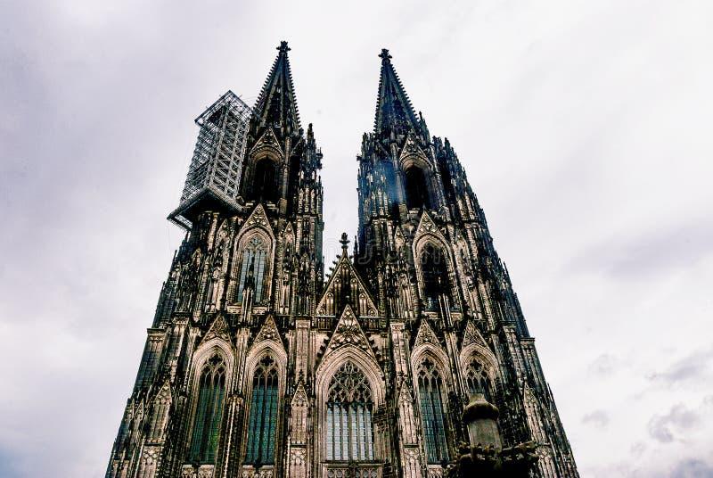 Vista acima nos DOM de Kolner da catedral da água de Colônia fotografia de stock royalty free