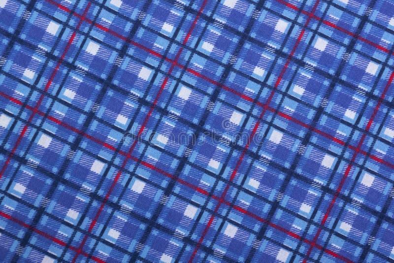 Vista ad angolo dei modelli quadrati blu su tessuto fotografie stock libere da diritti