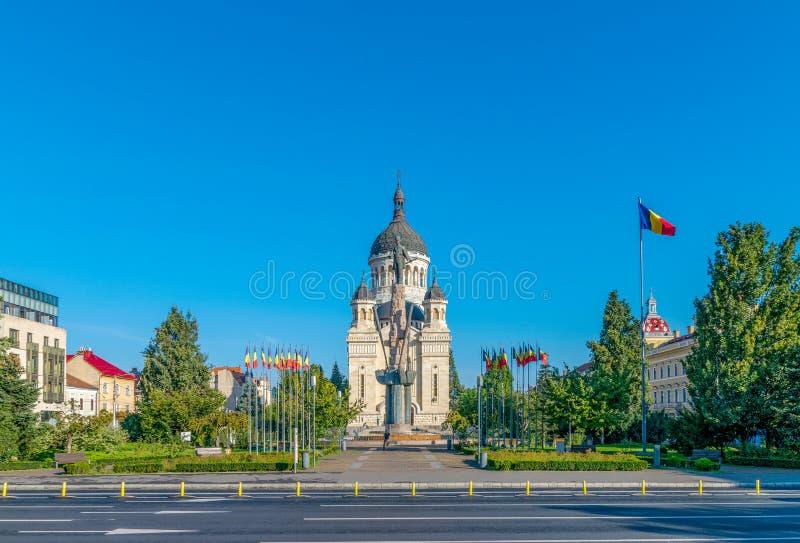Vista ad Avram Iancu Square e il Dormition della cattedrale di Theotokos, la chiesa ortodossa rumena più famosa di Cluj fotografie stock
