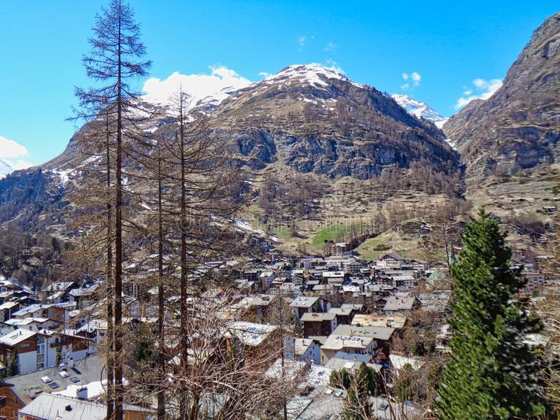 vista ad un piccolo villaggio nelle alpi svizzere fotografia stock