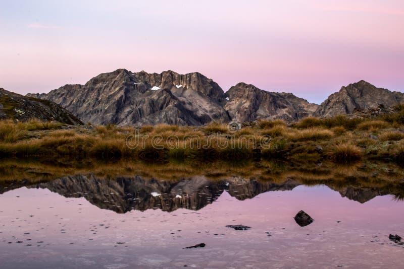 Vista ad una catena montuosa in Nuova Zelanda appena prima alba immagine stock