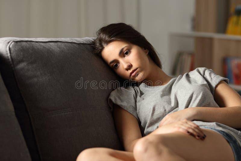 Vista adolescente triste afastado em casa imagens de stock