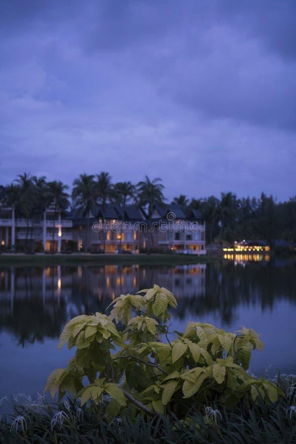 Vista adorabile del lago vicino alla località di soggiorno tropicale lussuosa sopra il cielo nuvoloso immagine stock