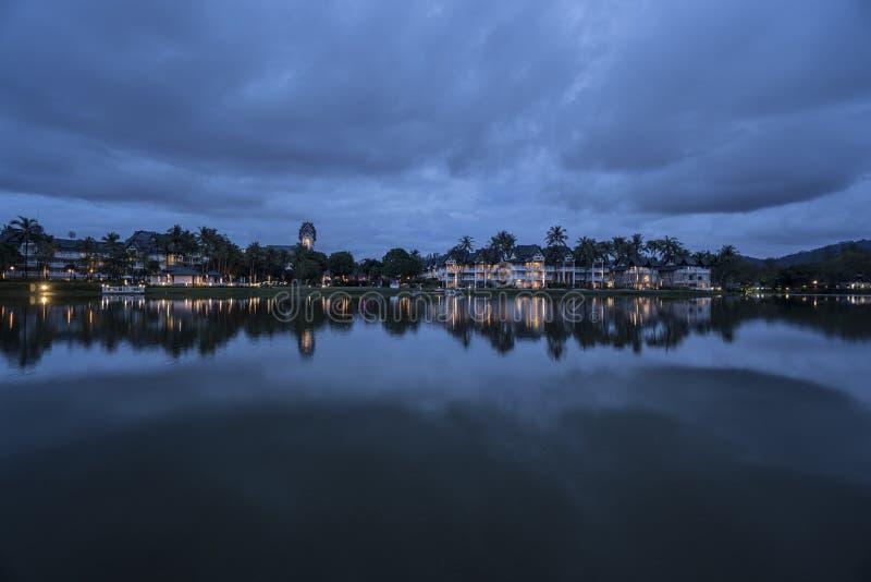 Vista adorabile del lago vicino alla località di soggiorno tropicale lussuosa sopra il cielo nuvoloso fotografia stock