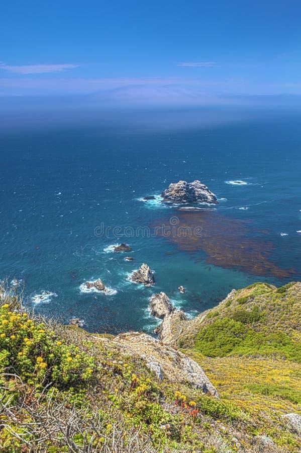 Vista adorable de la costa costa en Big Sur, California, Estados Unidos imagen de archivo