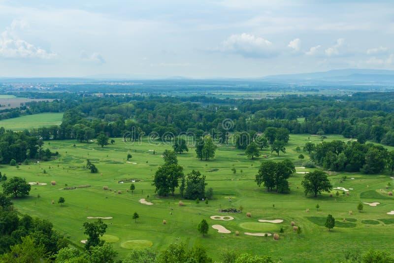 Vista aerea al campo da golf con il cielo in Hluboka nad Vltavou, repubblica Ceca immagini stock libere da diritti