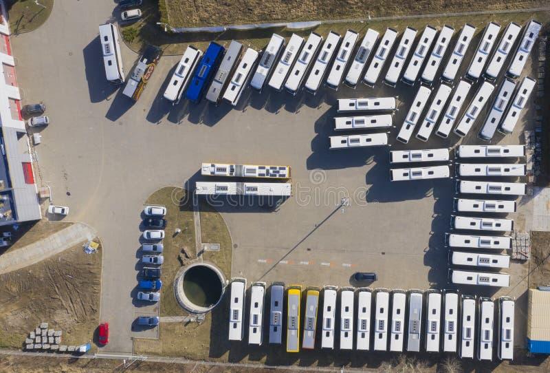 Vista aerea al parcheggio per l'autobus ed i camion Fondo industriale sul tema del trasporto fotografia stock