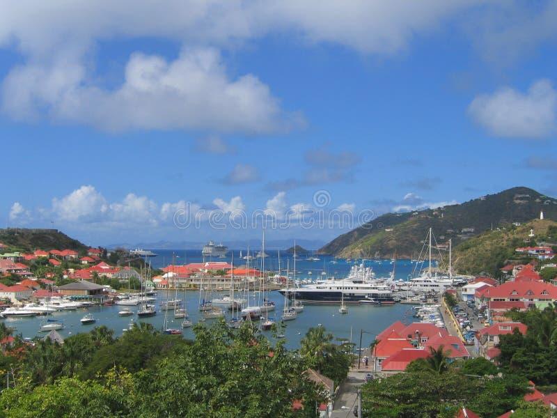 Vista aerea al porto di Gustavia con gli yacht mega a St Barts fotografia stock