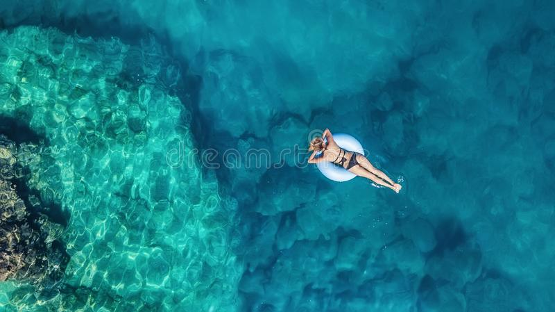 Vista aerea alla ragazza sul mare Acqua del turchese da aria come fondo da aria immagine stock libera da diritti