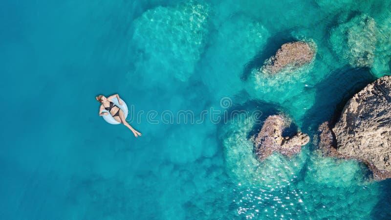 Vista aerea alla ragazza sulla superficie del mare fotografie stock libere da diritti