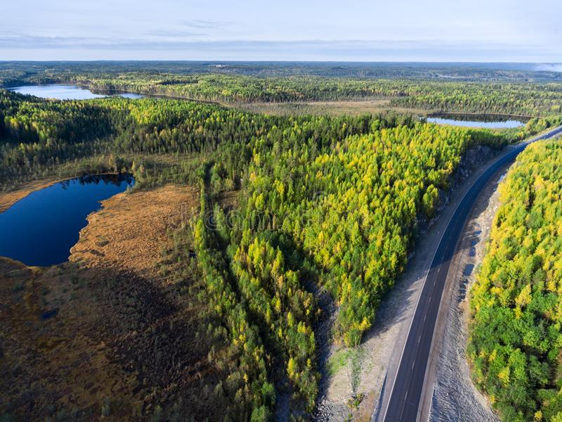 Vista aerea alla strada principale dell'asfalto fra le paludi ed i piccoli laghi della repubblica della Carelia, autunno La Russi fotografia stock