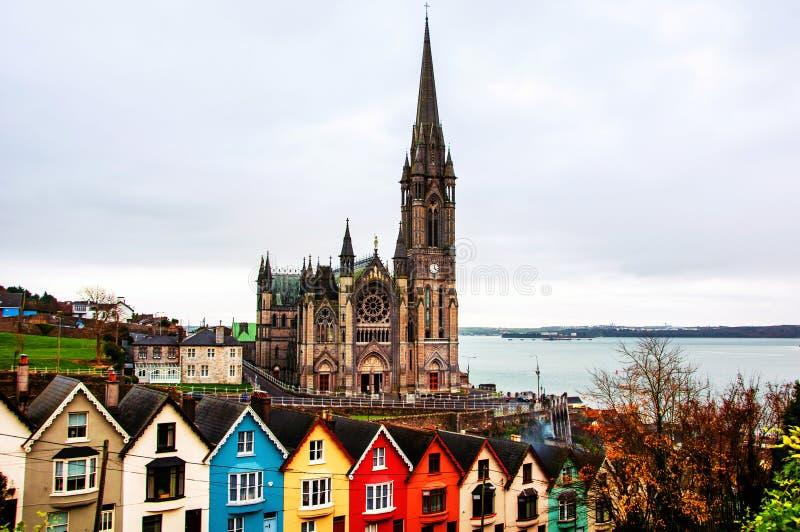 Vista aerea alle case ed alla cattedrale in Cobh, Irlanda Città famosa immagine stock