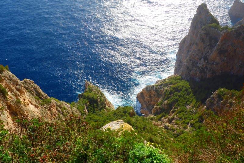 Vista aerea alle scogliere iconiche dell'isola nella campania, Napoli, Italia di Capri fotografie stock