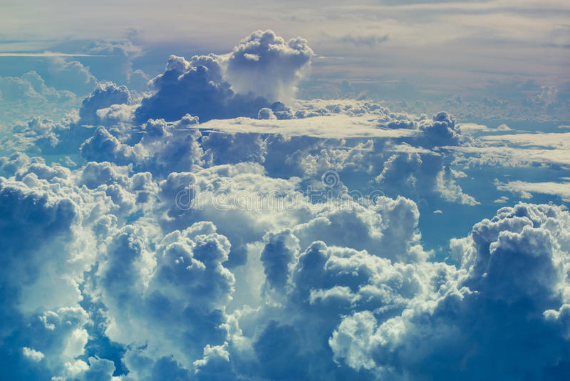 Vista aerea attraverso il cielo sopra i precedenti astratti delle nuvole immagine stock libera da diritti