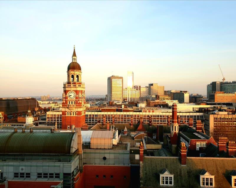 Vista aerea bella di Croydon, Londra del sud con la torre di orologio nella distanza contro il bello tramonto fotografie stock libere da diritti