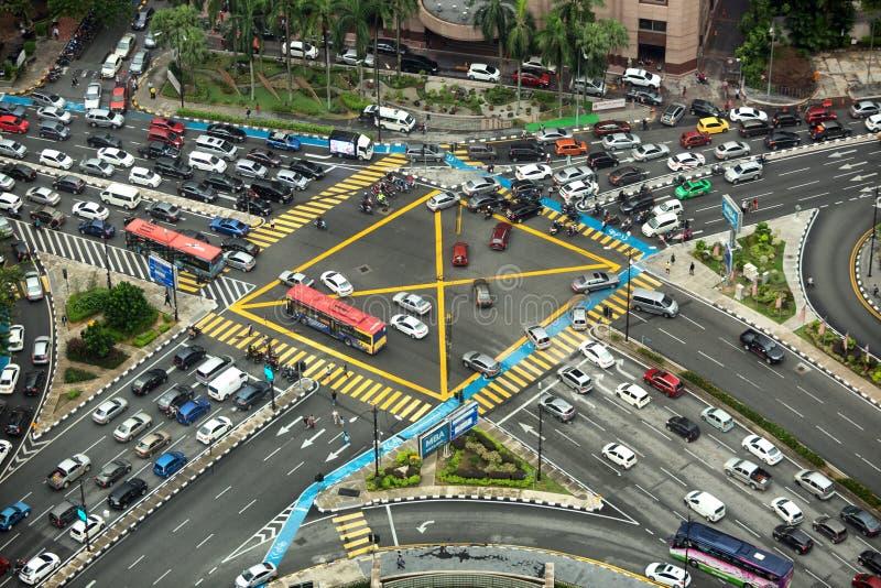 Vista aerea che guarda giù sull'intersezione molto occupata con traffico pesante immagini stock