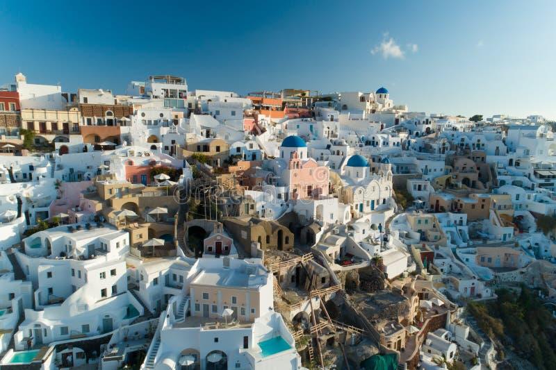 Vista aerea che sorvola città di OIA su Santorini Grecia immagini stock