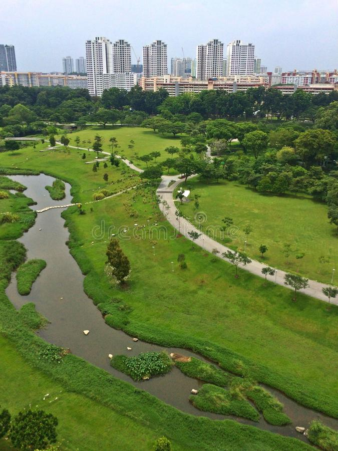 Vista aerea - costruzioni e parco fotografie stock