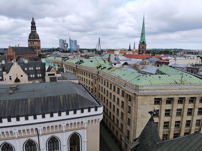 Vista aerea da sopra sulla grande città baltica Riga La capitale della Lettonia Uno di città più bella e più autentic in Europa immagini stock