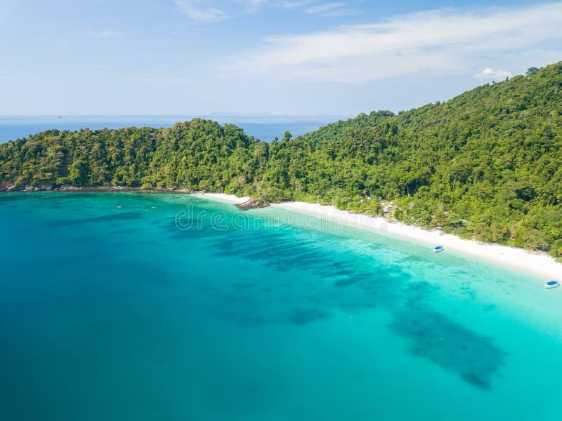 Vista aerea da un fuco di bella isola di Nyaung Oo Phee sulla s fotografie stock
